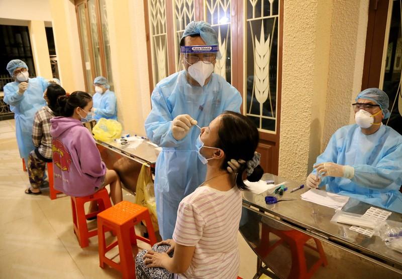 Người dân phường 15 quận Gò Vấp được lấy mẫu xét nghiệm COVID-19. Ảnh: Hoàng Giang