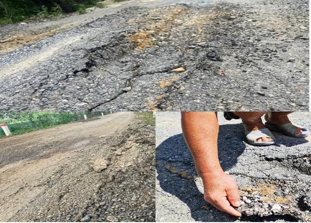 Nhiều đoạn bề mặt tuyến đường đã bong tróc, đất đá lởm chởm dồn thành từng đống