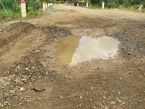 Khắp bề mặt tuyến đường chi chít ổ gà, ổ voi, cứ mưa là đọng nước, tiềm ẩn gây tai nạn cho người dân địa phương