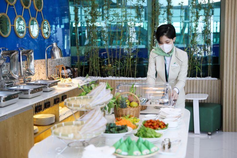 Thực khách được thưởng thức nhiều đặc sản truyền thống của Quy Nhơn tại Phòng chờ