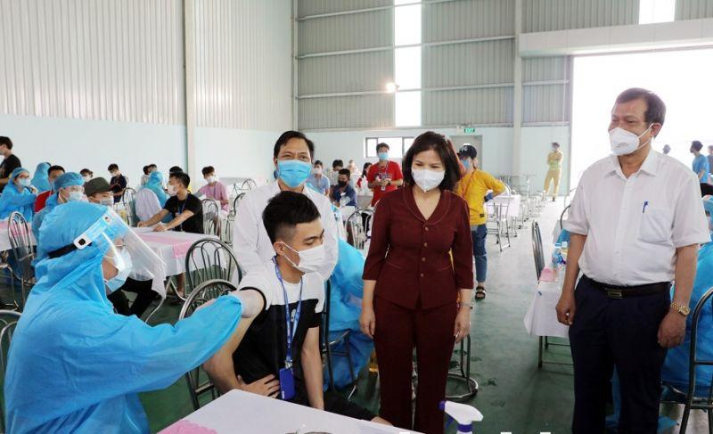 Chủ tịch UBND tỉnh Nguyễn Hương Giang trực tiếp kiểm tra tiêm vắc xin cho công nhân