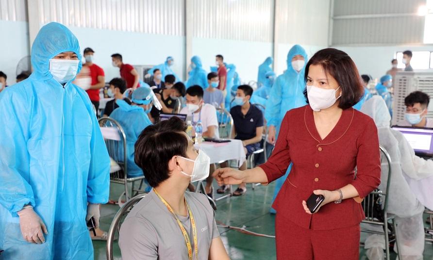 Chủ tịch UBND tỉnh thăm hỏi công nhân sau khi tiêm vắc xin.