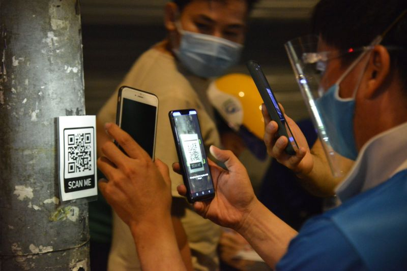 Người dân quét mã vạch để khai báo y tế khi ra, vào quận Gò Vấp trong thời gian thực hiện Chỉ thị 16 của Chính phủ