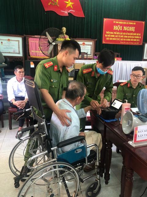 Giúp đỡ người tàn tật làm CCCD