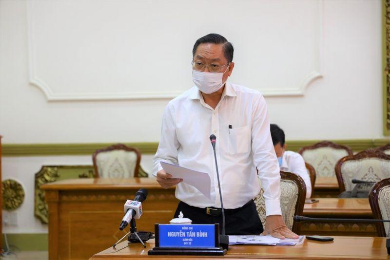 Ông Nguyễn Tấn Bỉnh - Giám đốc Sở Y tế báo cáo về tình hình dịch bệnh COVID-19. Ảnh: TTBC