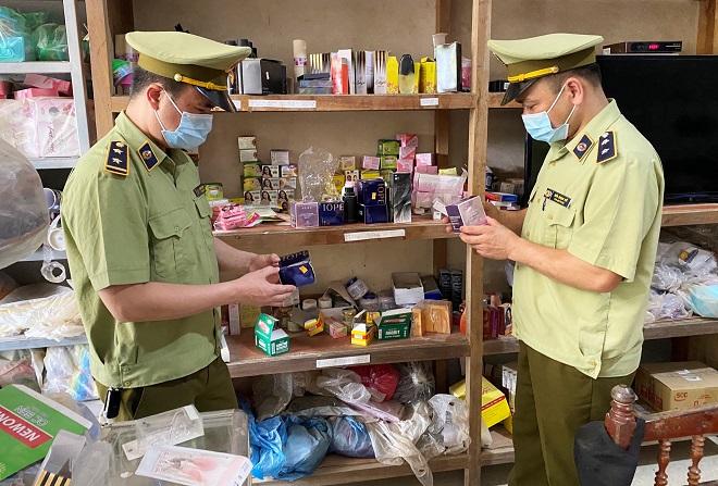 Lực lượng QLTT Lạng Sơn kiểm tra hàng hóa vi phạm