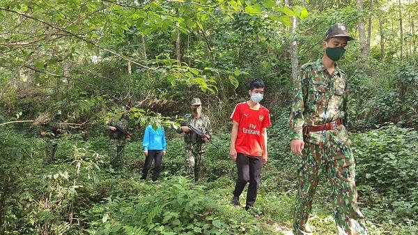 Bộ đội Biên phòng dẫn giải Vàng Seo Vư và Vàng Thị Mỷ tại biên giới