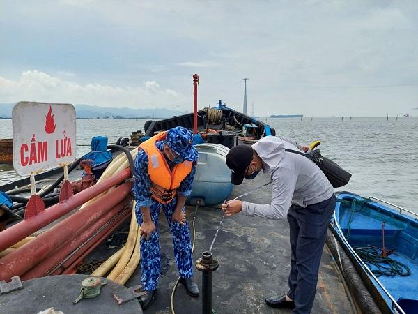 Lực lượng chức năng kiểm tra tàu vỏ sắt chở dầu DO không rõ nguồn gốc