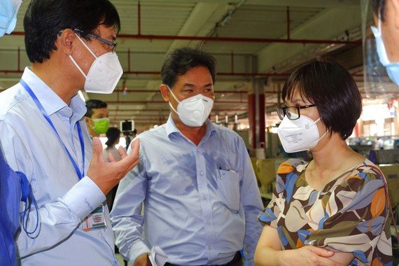 Lãnh đạo HCDC đã đến Công ty Pouyuen Việt Nam hướng dẫn xử lý khi có ca nghi mắc Covid-19