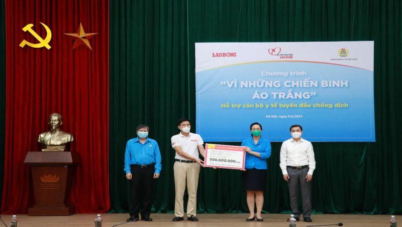 Đồng chí Phạm Thanh Bình, Chủ tịch Công đoàn Y tế Việt Nam (thứ hai từ phải sang) xúc động đón nhận tình cảm từ những tấm lòng nhân ái