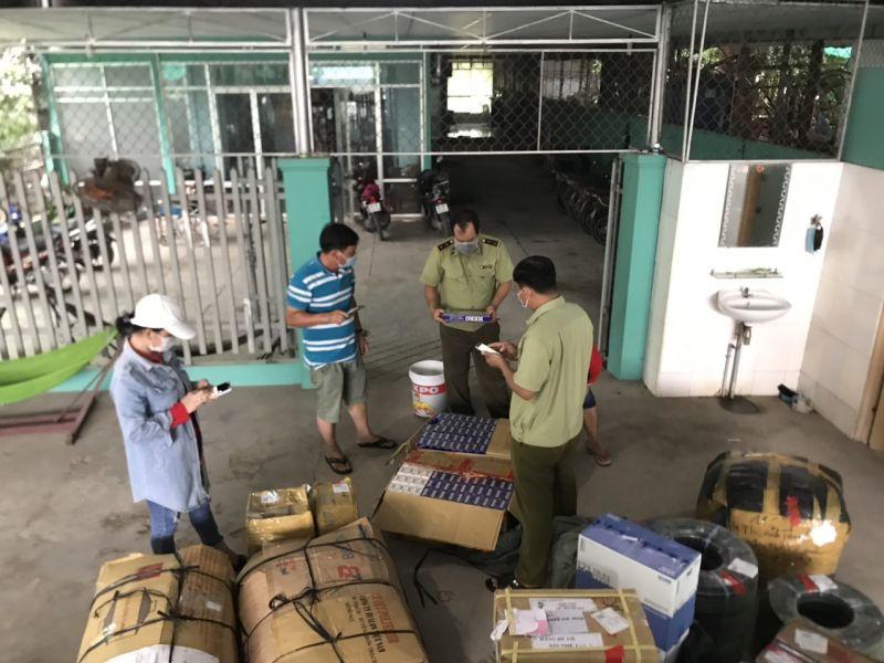 QLTT Vĩnh Long kiểm tra phát hiện 1.400 bao thuốc lá điếu nhập lậu và nhiều hàng hóa không rõ nguồn gốc