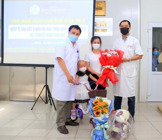 GS, TS Phạm Như Hiệp giám đốc BVTW Huế và bác sĩ Trần Kiêm Hảo, Giám đốc Sở Y tế chúc mừng cháu Nh... ra viện