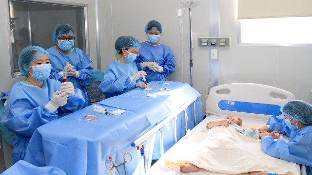 Đội ngũ Thầy thuốc BVTW Huế tiến hành phẩu thuật, cấy ghép tuỷ cho bệnh nhân