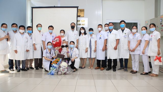 Niềm vui của những Thầy thuốc BVTW Huế khi cháu xuất viện