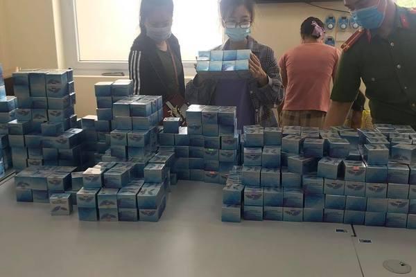 tổ công tác phát hiện gần một tấn mỹ phẩm được đóng trong các hộp với số lượng khoảng 1.500 hộp sản phẩm làm giả cùng với nhiều máy móc công cụ, phương tiện, máy dập nhãn DAKAMI