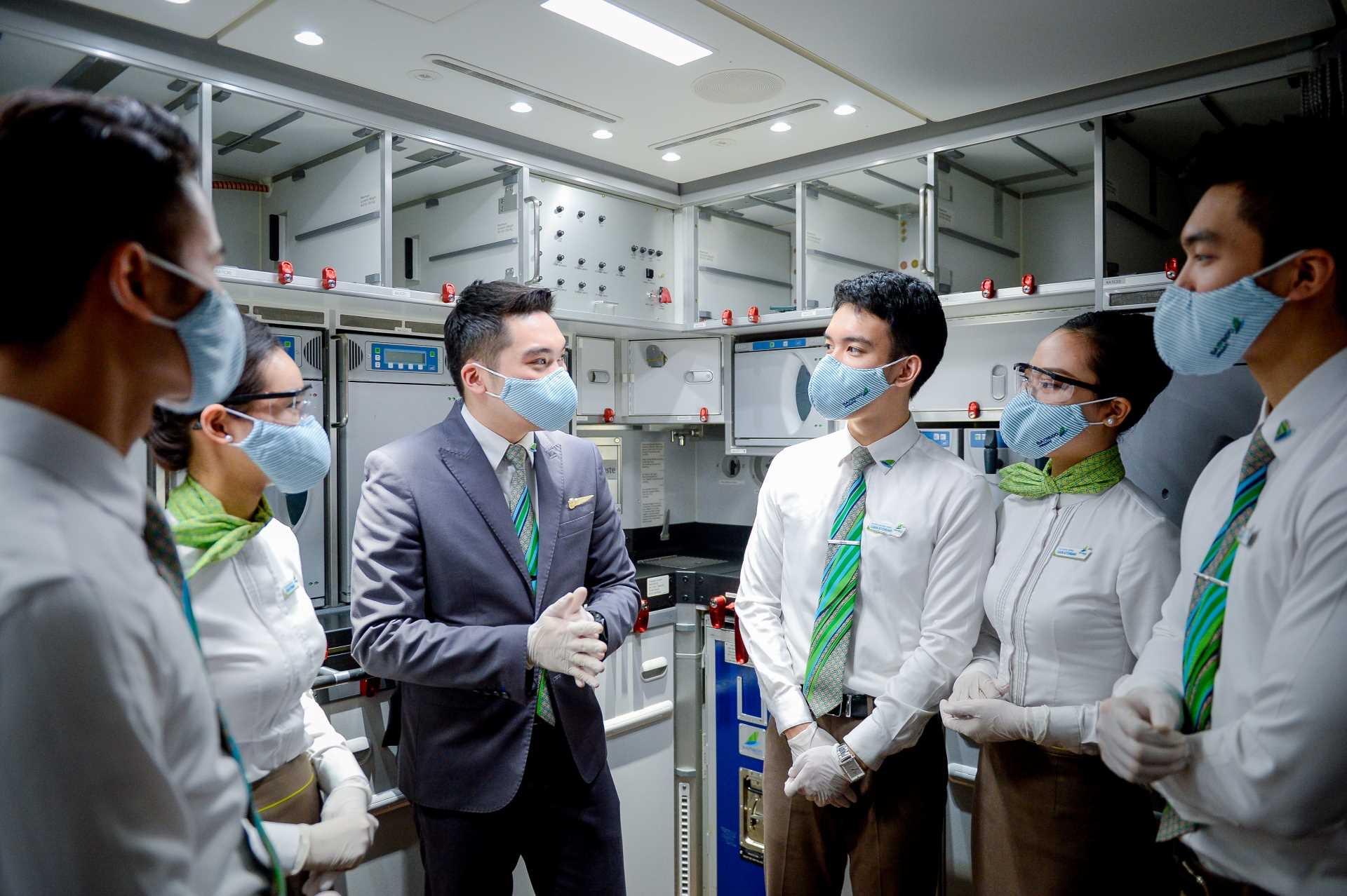 Đội ngũ tiếp viên, nhân viên của Bamboo Airways được cung cấp đầy đủ thiết bị bảo hộ phòng chống COVID-19