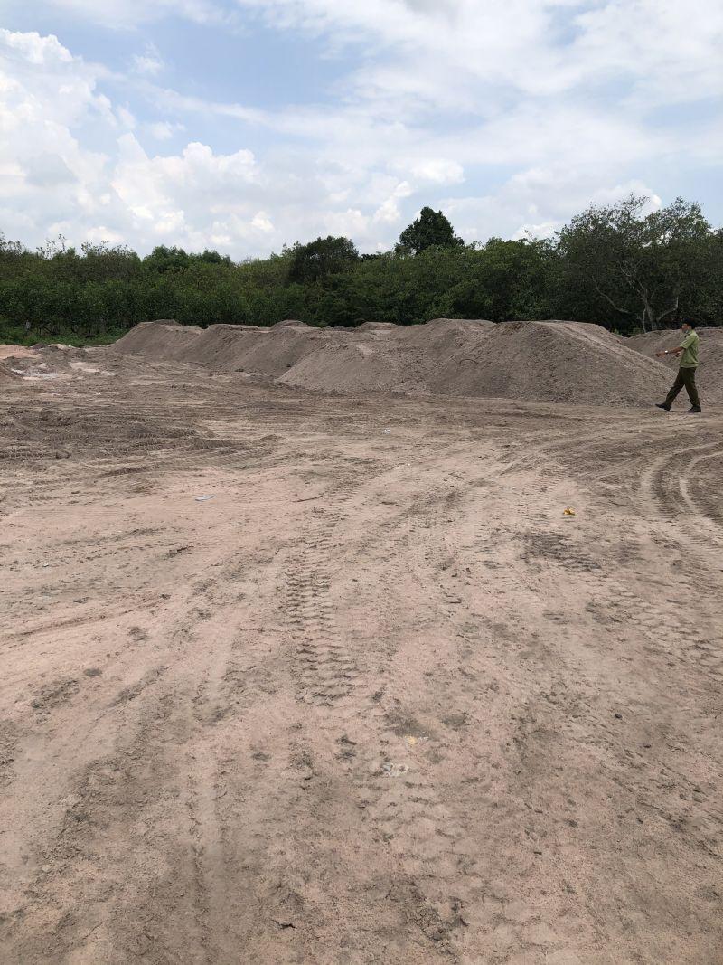 Cục QLTT Bình Thuận kiểm tra các bãi tập kết cát không rõ nguồn gốc hợp pháp trên tuyến đường Tân Hà - Suối Kè. Tịch thu 630 m3 cát bồi nền