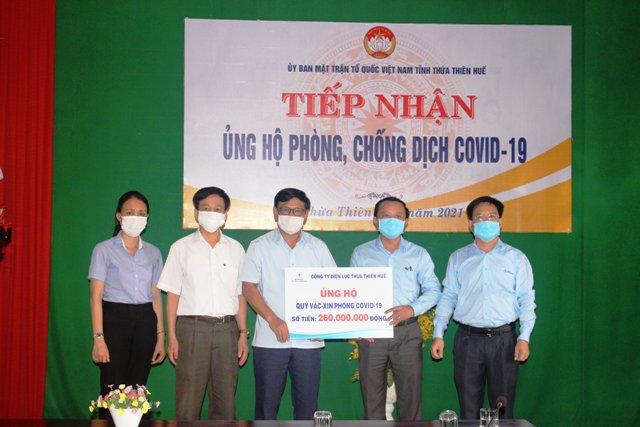 Công ty Điện lực Thừa Thiên Huế trao tiền ủng hộ Quỹ mua vắc xin cho UBMTTQVN tỉnh Thừa Thiên Huế