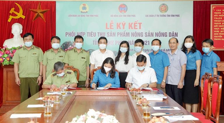 Phó Chủ tịch Thường trực UBND tỉnh Vũ Việt Văn cùng các đại biểu chứng kiến lễ ký kết. Ảnh: Nguyễn Lượng