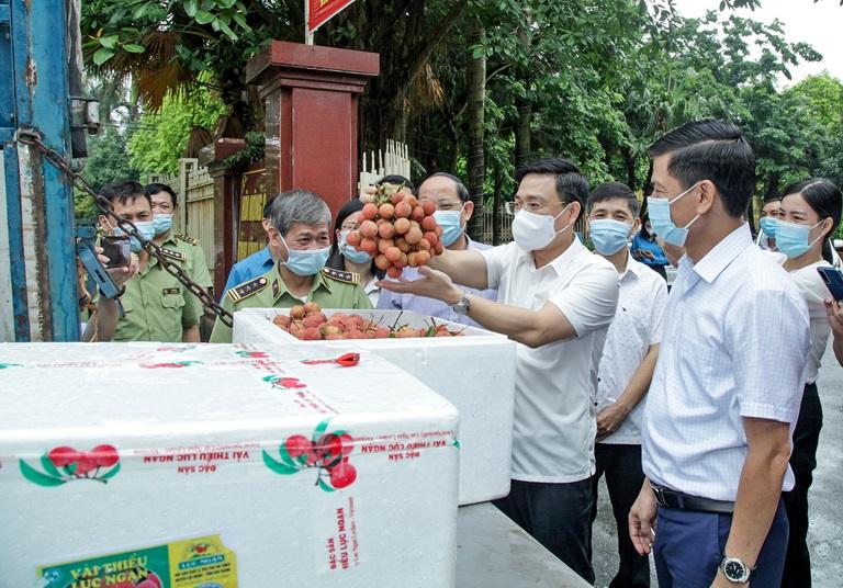 các đại biểu kiểm tra chất lượng hàng nông sản trước khi đem đi tiêu thụ tại các địa phương. Ảnh: Nguyễn Lượng