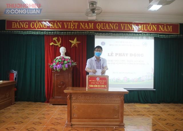 Ông Lê Đình Tiệp- Giám đốc bệnh viện đa khoa Hậu Lộc quyên góp, ủng hộ phòng, chống dịch Covid- 19
