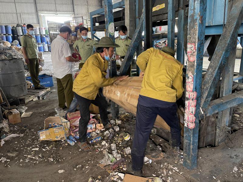 QLTT Vĩnh Long tổ chức tiêu hủy trên 20.000 sản phẩm bị tịch thu do vi phạm hành chính