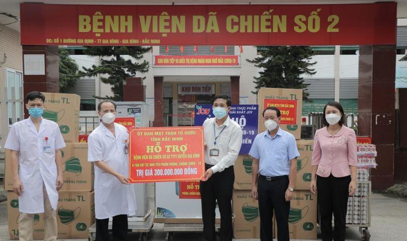 Lãnh đạo Ủy ban MTTQ tỉnh trao tặng trang thiết bị, nhu yếu phẩm cho Bệnh viện dã chiến số 2, huyện Gia Bình