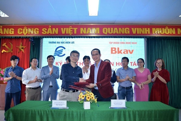 TS Trương Huy Hoàng - Hiệu trưởng Trường Đại học Điện lực trao Bằng khen cho các cá nhân đạt thành tích xuất sắc trong hoạt động nghiên cứu KH&CN
