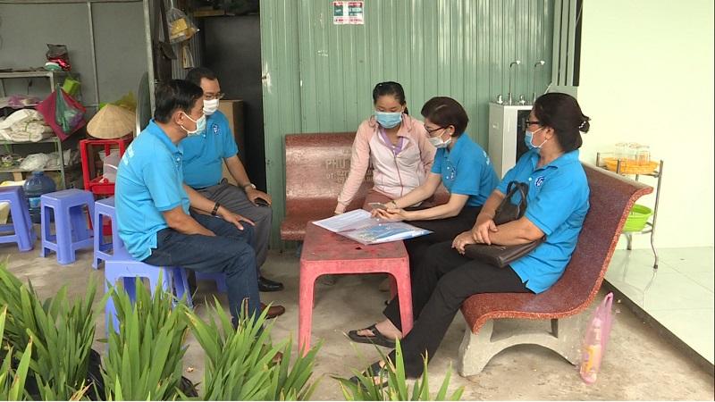 Chú thích ảnh Cán bộ BHXH đến nhà vận động người dân tham gia BHXH tự nguyện tại xã Tân Quy Đông -TPSĐ.