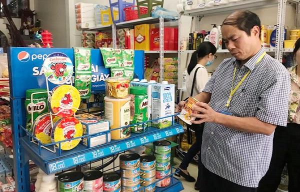 Đoàn kiểm tra liên ngành ATTP số 3 kiểm tra nguồn gốc xuất xứ hàng hóa tại các cửa hàng tự chọn để đảm bảo quyền lợi cho người tiêu dùng
