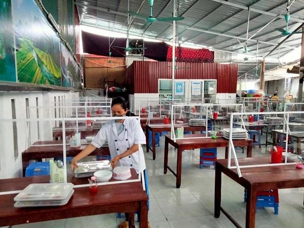 Sau khi được nhắc nhở, Công ty TNHH MTV thời trang YUN Việt Nam nghiêm túc thực hiện các biện pháp phòng, chống Covid – 19. Ảnh: Hải Nam (Ảnh chụp tại khu vực bếp ăn của công ty)