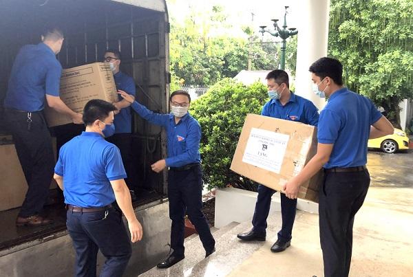 Đoàn viên thanh niên vận chuyển vật phẩm hỗ trợ nhân dân, thanh thiếu nhi tỉnh Bắc Giang, Bắc Ninh chống dịch