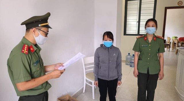 Cơ quan An ninh điều tra tống đạt quyết định khởi tố vụ án, khởi tố bị can đối Lê Thị Kim Anh (giữa).