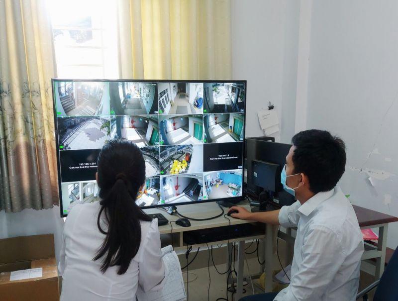 Thực hiện trích xuất camera giám sát tại khu cách ly tập trung. Ảnh: HCDC
