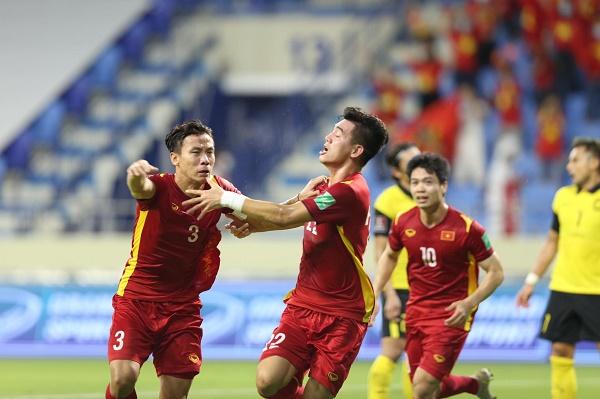 Niềm vui của Tiến Linh cùng các đồng đội sau bàn mở tỷ số