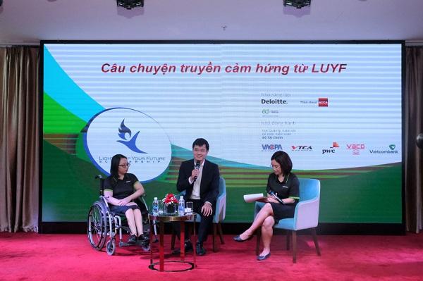 Chị Phạm Thị Hương - Kiểm toán viên của Deloitte Việt Nam (ngoài cùng bên trái) phát biểu chia sẻ tại tọa đàm trao học bổng LUYF