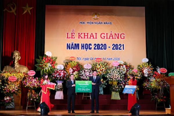 TS. Phạm Mạnh Thắng – Phó Tổng Giám đốc Vietcombank (bên phải) trao tặng học bổng trị giá 200 triệu đồng cho đại diện Học viện Ngân hàng