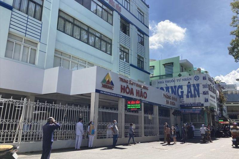 Lực lượng chức năng tiến hành khoanh vùng tại Trung tâm Medic (Hòa Hảo, Quận 10), ngày 20.5. Ảnh: Anh Tú