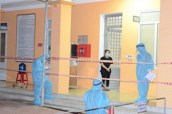 Giới chức địa phương tiến hành lấy lời khai từ bệnh nhân mắc Covid-19 N.T.M