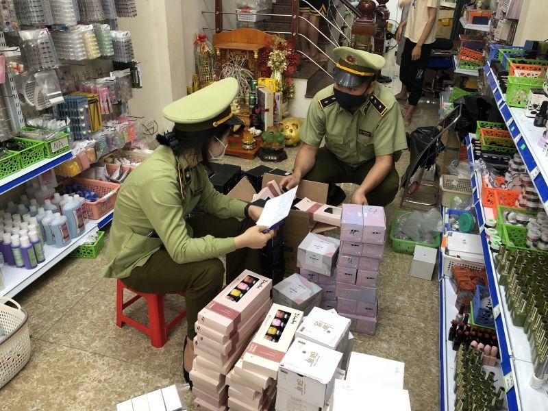 Lực lượng QLTT Quảng Ninh kiểm kê hàng hóa vi phạm