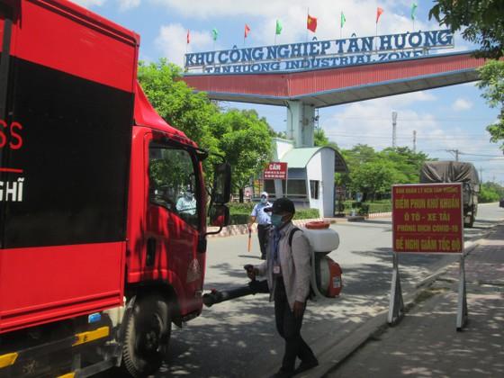 Phun khử khuẩn các loại phương tiện ra vào khu công nghiệp Tân Hương