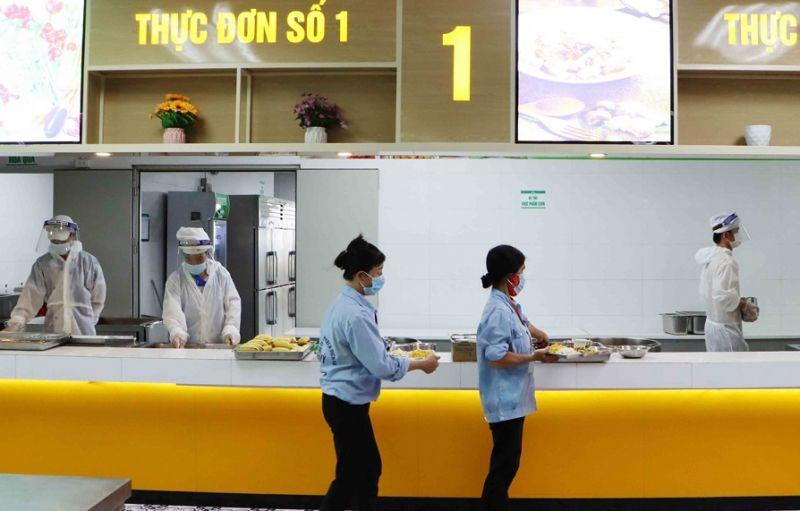 Doanh nghiệp bố trí ăn uống tập trung, tăng khẩu phần ăn, đảm bảo sức khỏe cho người lao động (Ảnh: bacninh.gov.vn)