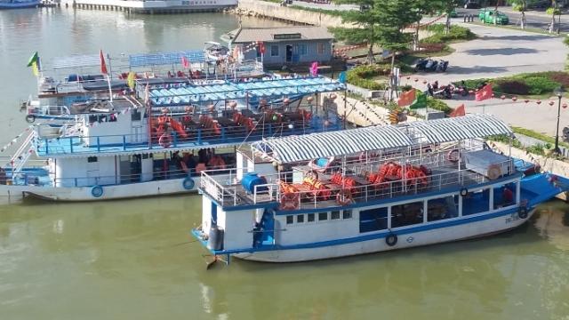 Tàu du lịch trên sông Hàn phần lớn được