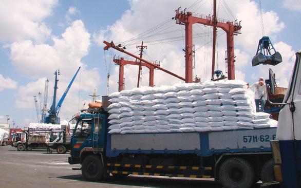Giá phân bón tăng cao được Bộ Công Thương lý giải do giá nguyên liệu và cước phí vận chuyển tăng.