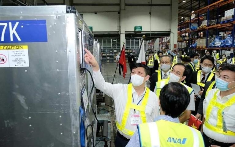 Bộ trưởng Bộ Y tế Nguyễn Thanh Long vui mừng đón nhận gần 1 triệu liều vắc xin do chính phủ Nhật Bản tặng