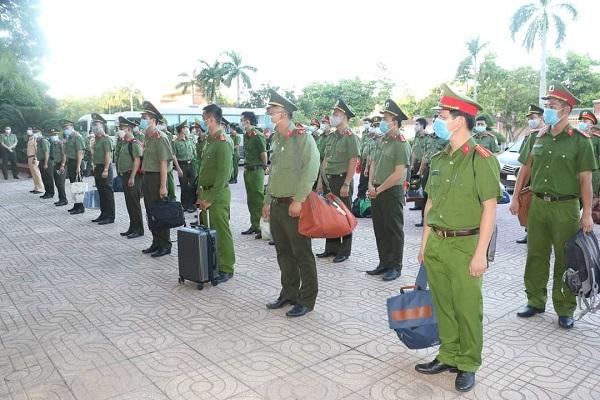 100 cán bộ, chiến sỹ công tác tại nhiều đơn vị trực thuộc Công an tỉnh Nghệ An đã qua đào tạo, bồi dưỡng về công tác phòng, chống dịch Covid-19 được lệnh tăng cường cho huyện Diễn Châu, tỉnh Nghệ An.