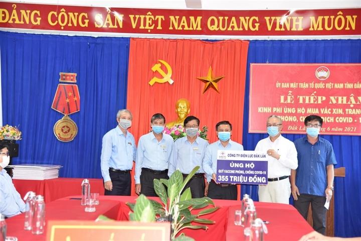 Điện lực Đắk Lắk ủng hộ 355 triệu đồng cho Quỹ vaccine phòng COVID-19. Ảnh: KT