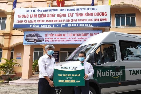 Đại diện Quỹ Phát triển Tài năng Việt của Ông Bầu trao xe ô tô 16 chỗ cho Trung tâm Kiểm soát Bệnh tật tỉnh Bình Dương
