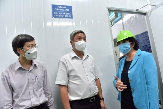 Thứ trưởng Bộ Y tế Nguyễn Trường Sơn kiểm tra nơi bảo quản lô vaccine Covid-19 tại TP.HCM