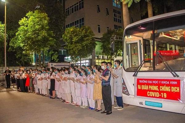Tập thể cán bộ, giảng viên, sinh viên Trường Đại học Y khoa Vinh lên đường chi viện cho huyện Diễn Châu